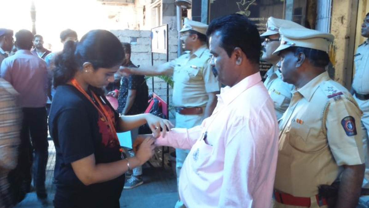 Raksha Bandhan Photos: Mumbai college students tie rakhi to railway cops