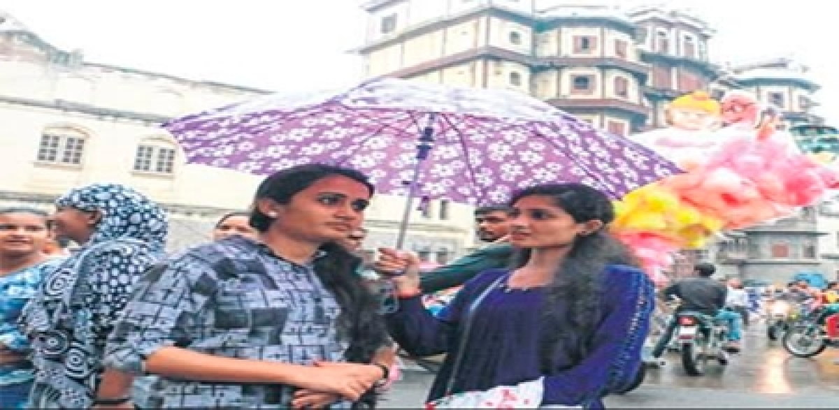 Indore: Evening drizzles add more to festive spirit