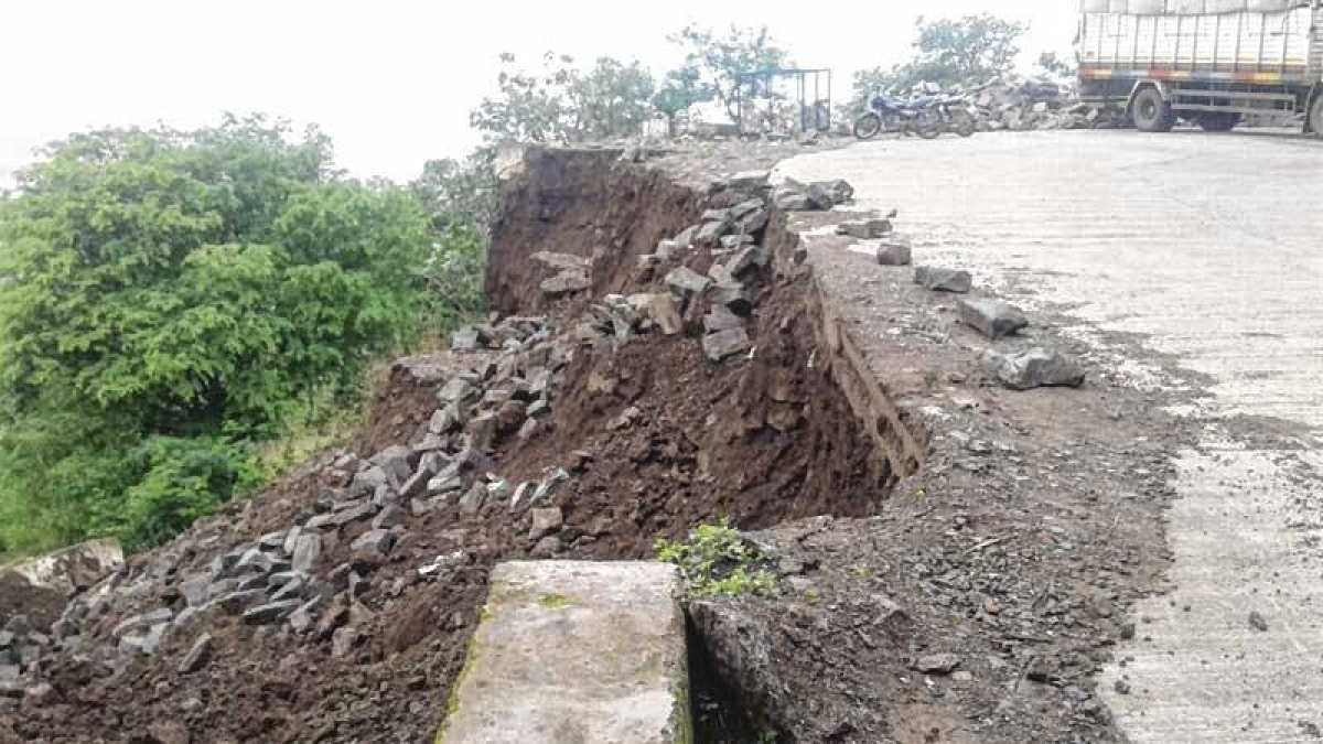 Collapsed road on the way to Shivneri Fort
