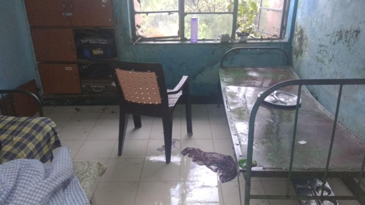 Mumbai: Chembur boys hostel roof leaks, hundreds of students left stranded