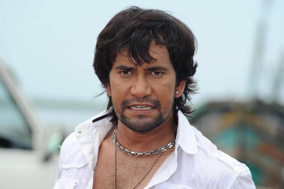 Shocking! Bhojpuri actor Nirahua misbehaved with air hostess in a drunken state