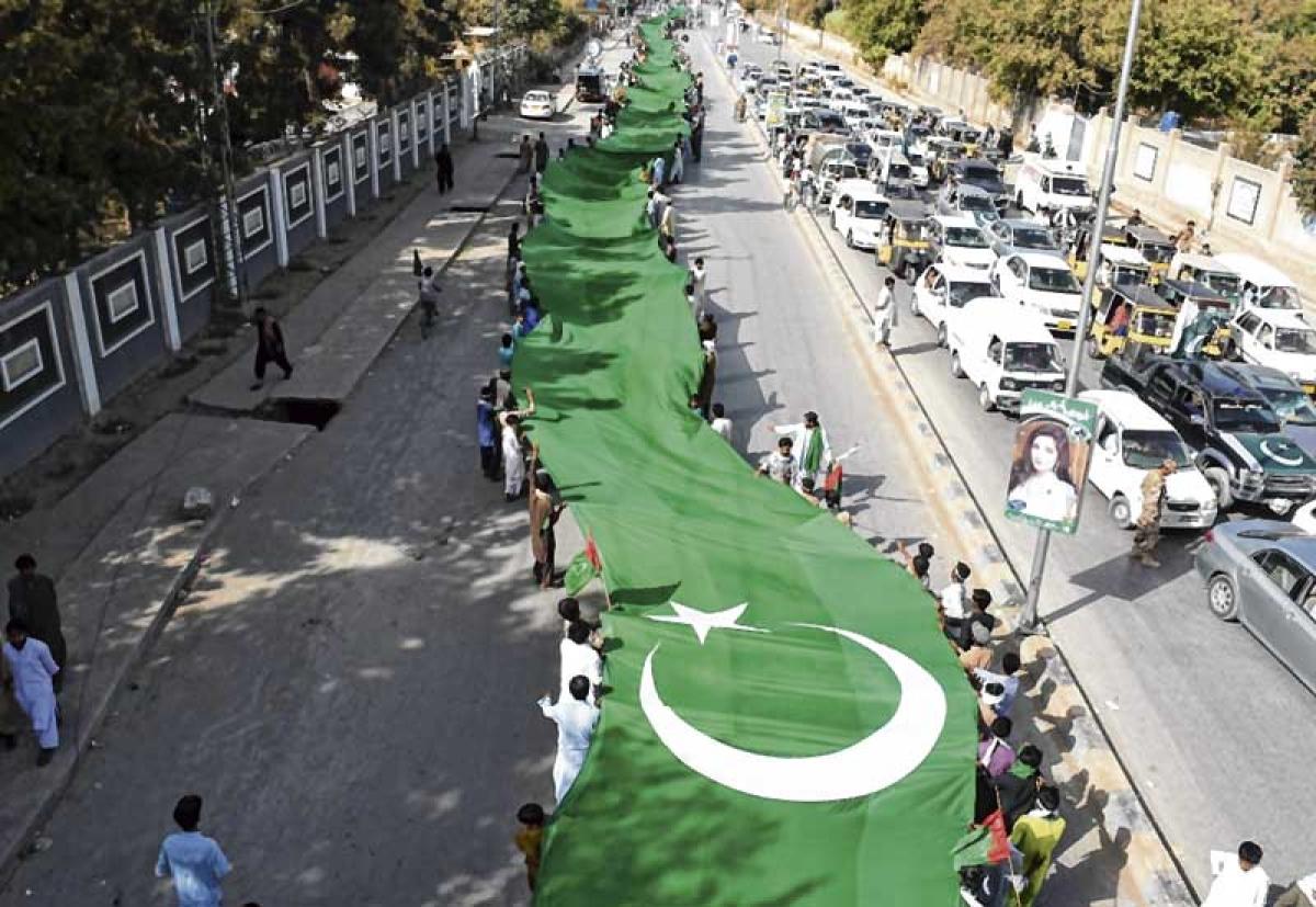 Pakistan hoists largest national flag