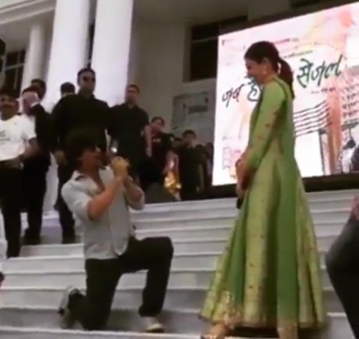 Dont miss 'Jab Harry Met Sejal' in Varanasi: Shah Rukh sing Bhojpurisong 'Lollypop Lagelu' for Anushka