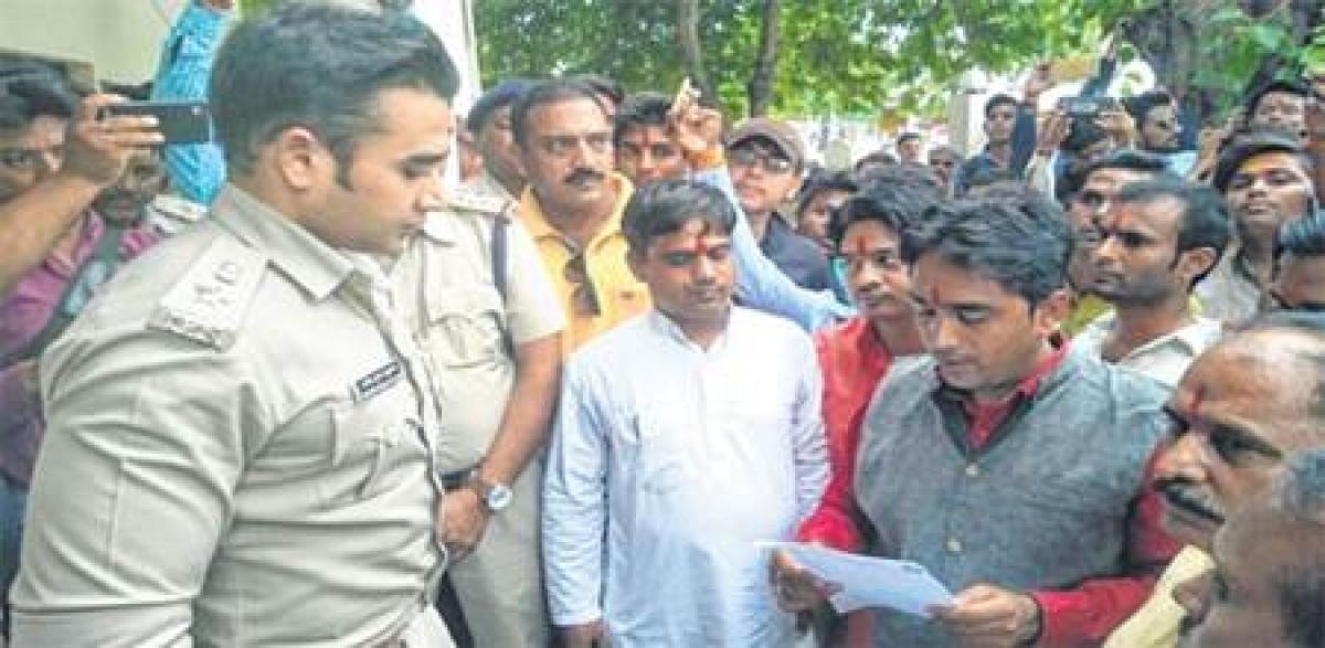 Ujjain: Swarnim Bharat Manch members hold rally