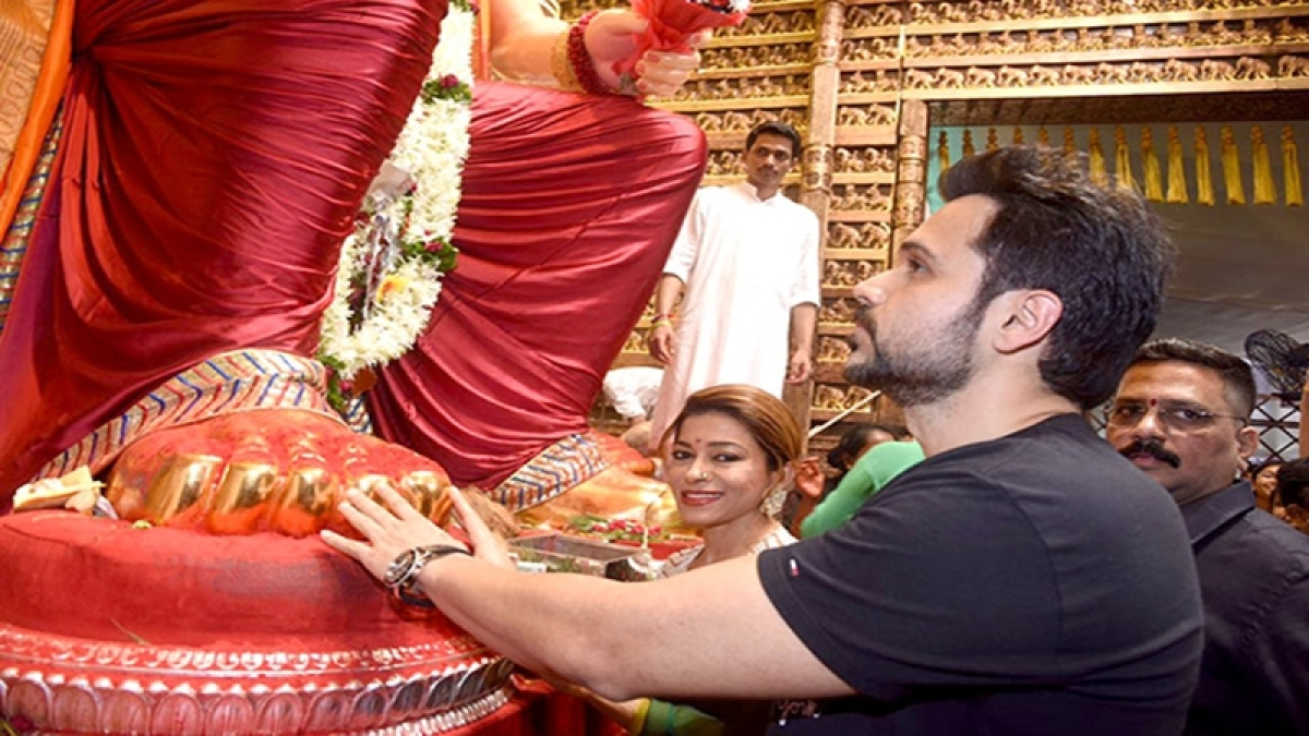 Check out: Emraan Hashmi seeks blessings of Lalbaugcha Raja ahead of 'Baadshaho' release