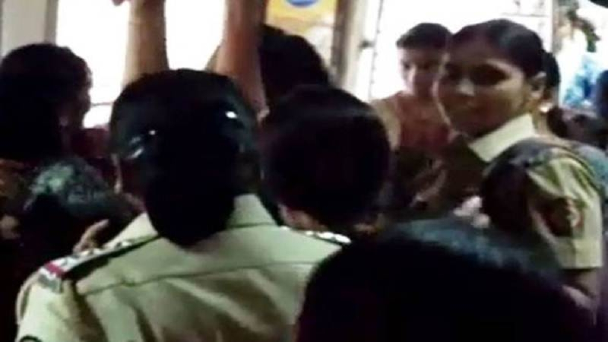 Mumbai: GRP detained 4 women for assaulting a 54-year-old over a seat in a local, see video