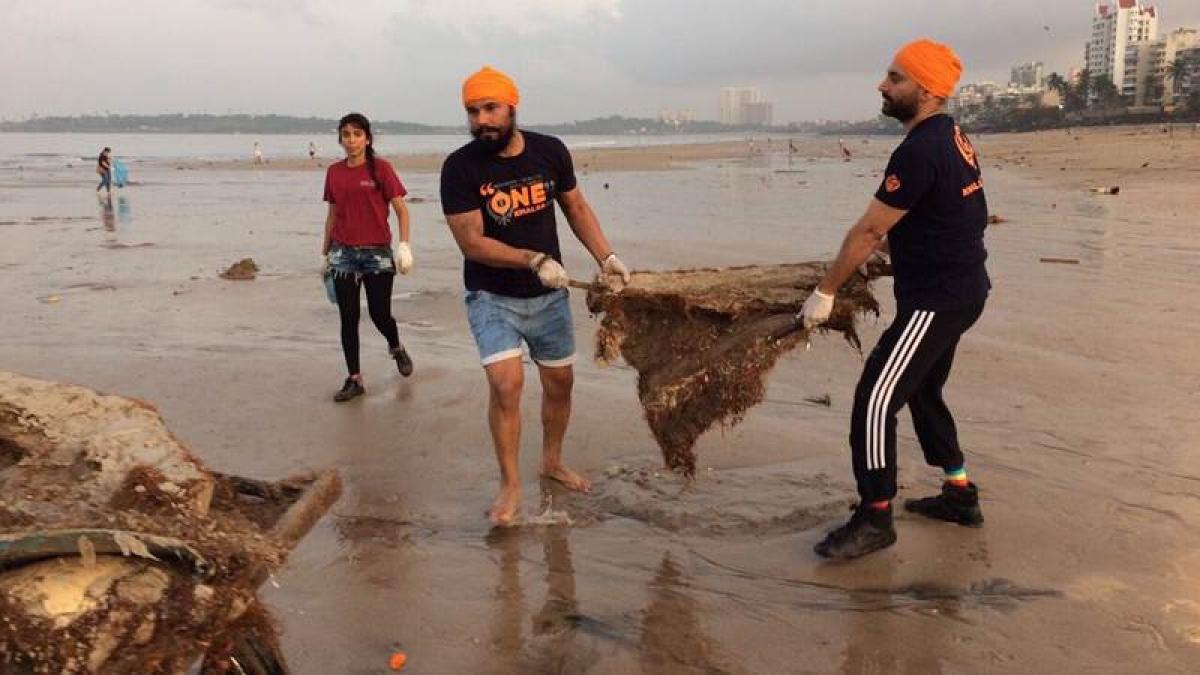 Ganesh Visarjan 2017: Randeep Hooda cleans Versova Beach after immersion