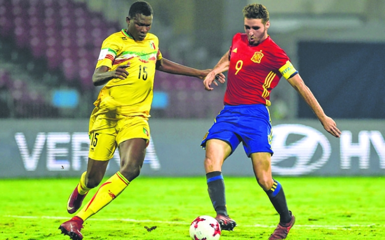 Abel Ruiz of Spain (R) and Abdoulaye Diaby of Mali vie for the ball during the second semi final football match between Mali and Spain in the FIFA U-17 World Cup at the D.Y.Patil stadium in Navi Mumbai on October 25, 2017. / AFP PHOTO / PUNIT PARANJPE