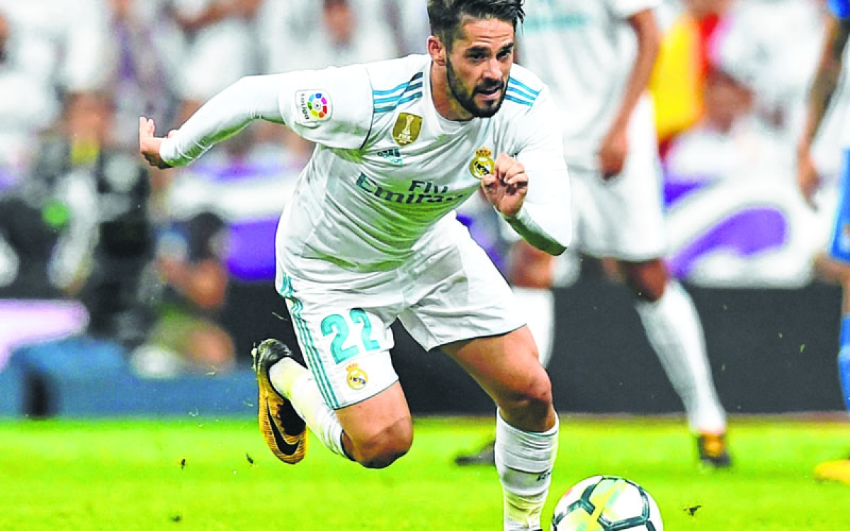 Real Madrid's midfielder Isco runs for the ball during the Spanish league football match Real Madrid CF vs RCD Espanyol at the Santiago Bernabeu stadium in Madrid on October 1, 2017. / AFP PHOTO / GABRIEL BOUYS