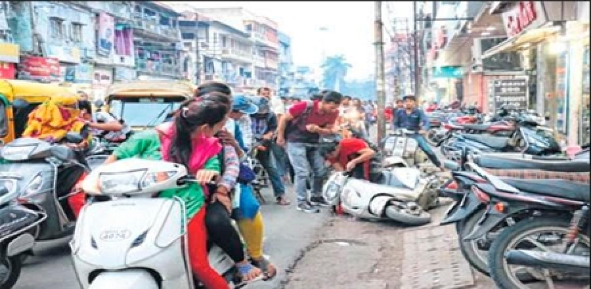 Indore: Ae bhai zara dekh ke chalo, right hi nahin, left bhi