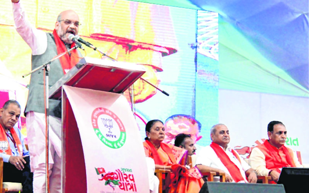 Anand: BJP President Amit Shah addresses a function to kick off the Gujarat Gaurav Yatra for the forthcoming Assembly polls, in Anand on Sunday. PTI Photo (PTI10_1_2017_000197B)