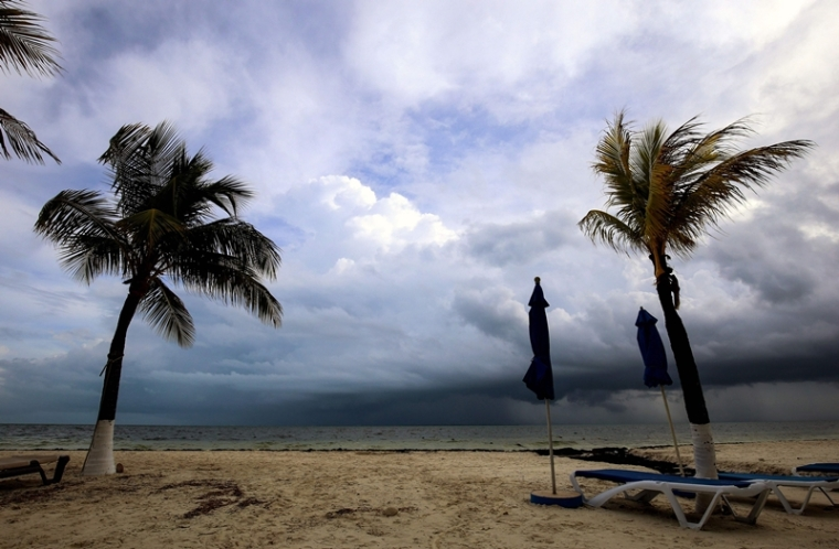 View of the beach before the arrival of tropical storm Nate, in Cancun, Quintana Roo state, Mexico on October 6, 2017.  Tropical Storm Nate gained strength Friday as it headed toward popular Mexican beach resorts and ultimately the US Gulf coast after dumping heavy rains in Central America that left at least 22 people dead. / AFP PHOTO / ELIZABETH RUIZ