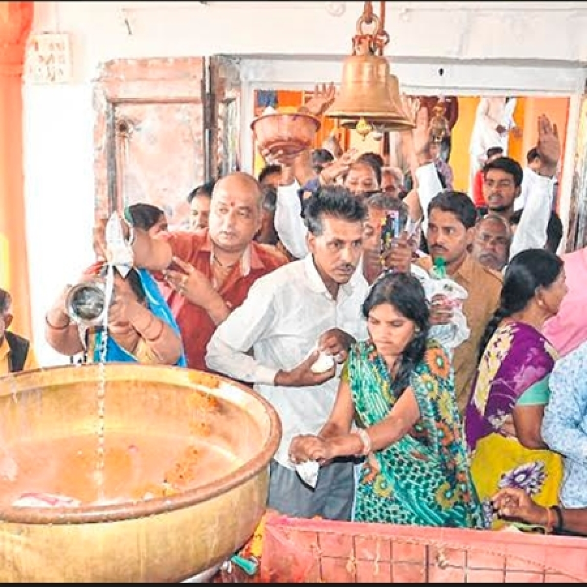 Ujjain: Devotees pray for ancestors' peace on 'baikunth chathurthi'