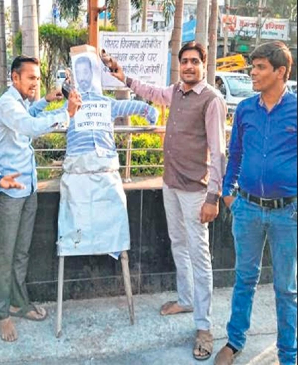 Ujjain: Swarnim Bharat Manch activists burn Kamal Haasan's effigy