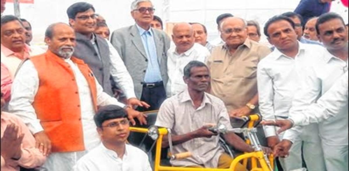 Ujjain: Various equipment distributed to divyang persons