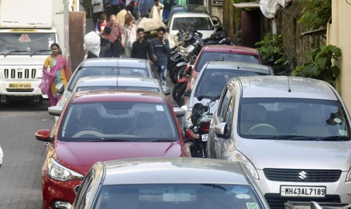 Click pics of illegally parked cars; get rewarded: Nitin Gadkari