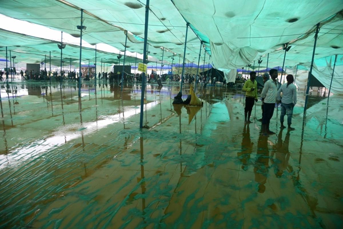 Mumbai: Cyclone Ockhi dampens the spirit of those paying homage at Chaityabhoomi