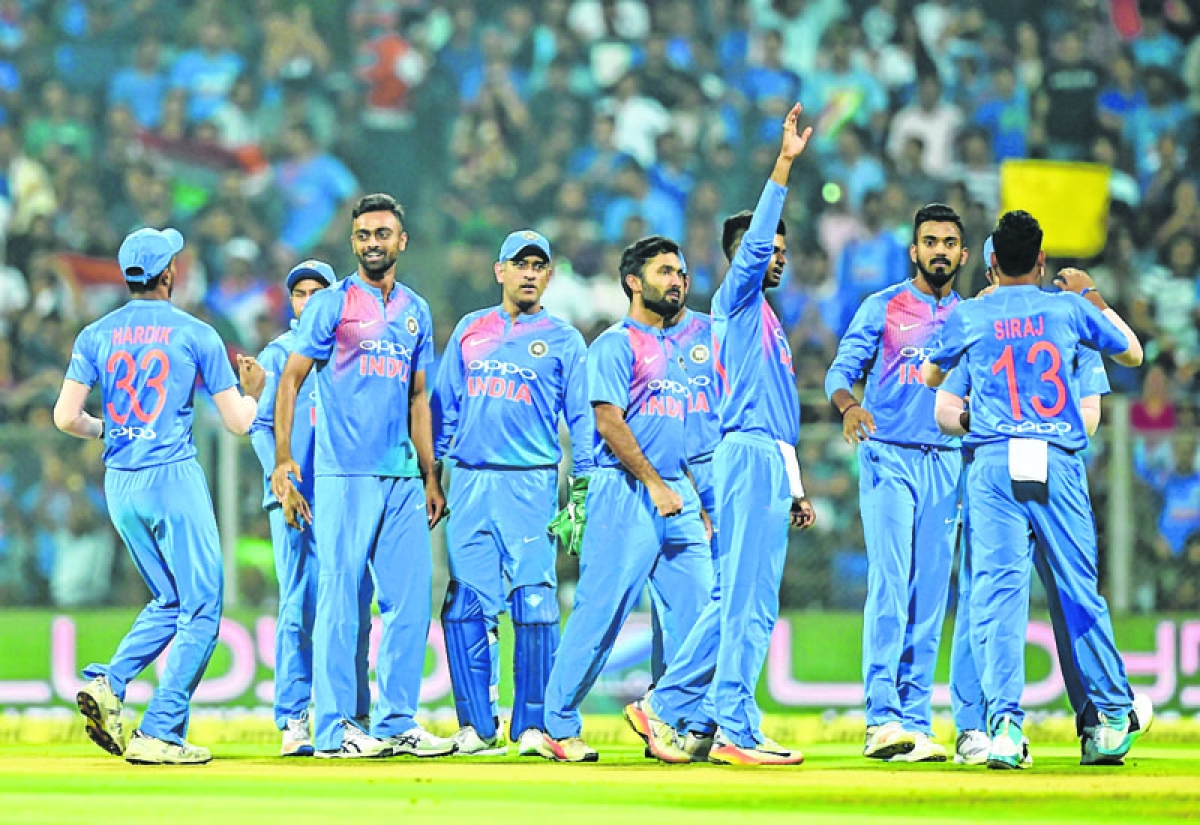 Indian cricketer Jaydev Unadkat (2L) celebrates after the wicket of Sri Lanka batsman Niroshan Dickwella during the third T20 international cricket match between India and Sri Lanka at the Wankhede Stadium in Mumbai on December 24, 2017. / AFP PHOTO / PUNIT PARANJPE / ----IMAGE RESTRICTED TO EDITORIAL USE - STRICTLY NO COMMERCIAL USE----- / GETTYOUT