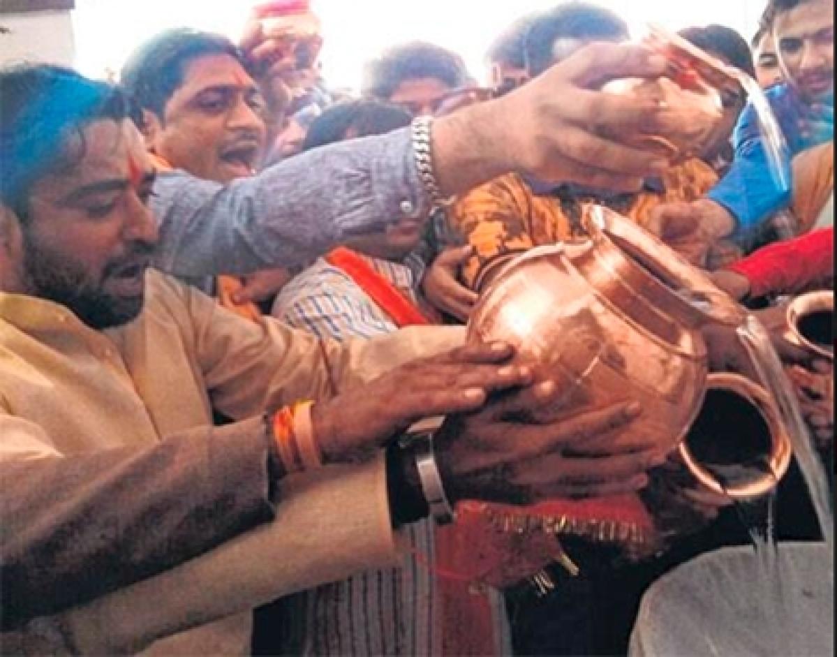 Ujjain: Manch pours waters of 5 rivers on Mahakal Jyotirlingam