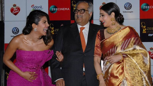 Priyanka Chopra (L) producer-director Boney Kapoor (C) and Sridevi (R) attend the 'Zee Cine Awards 2018' ceremony. / AFP PHOTO / Sujit Jaiswal