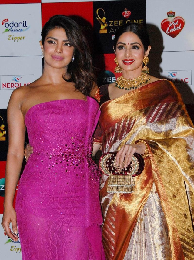 Priyanka Chopra (L) and Sridevi (R) attend the 'Zee Cine Awards 2018' ceremony in Mumbai on December 19, 2017. / AFP PHOTO / Sujit Jaiswal