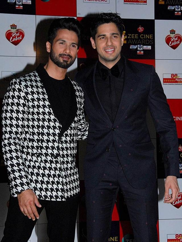 Shahid Kapoor (L) and Sidharth Malhotra (R) attend the 'Zee Cine Awards 2018' ceremony in Mumbai on December 19, 2017. / AFP PHOTO / Sujit Jaiswal