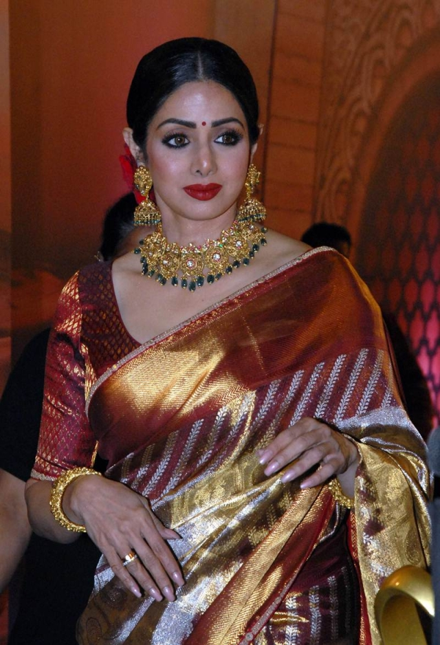 Sridevi attends the 'Zee Cine Awards 2018' ceremony in Mumbai on December 19, 2017. / AFP PHOTO / Sujit Jaiswal