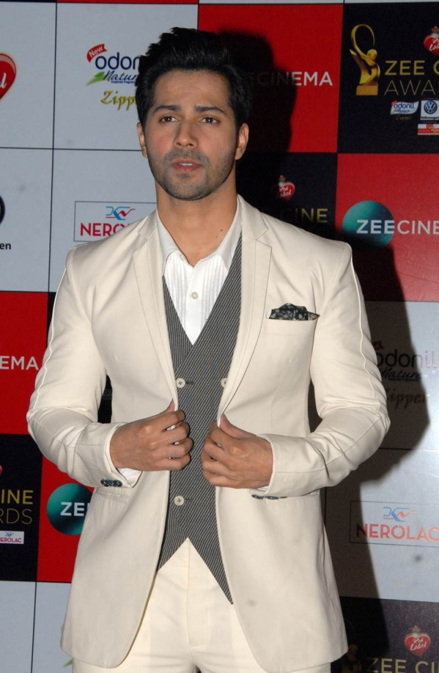 Varun Dhawan attends the 'Zee Cine Awards 2018' ceremony in Mumbai on December 19, 2017. / AFP PHOTO / Sujit Jaiswal