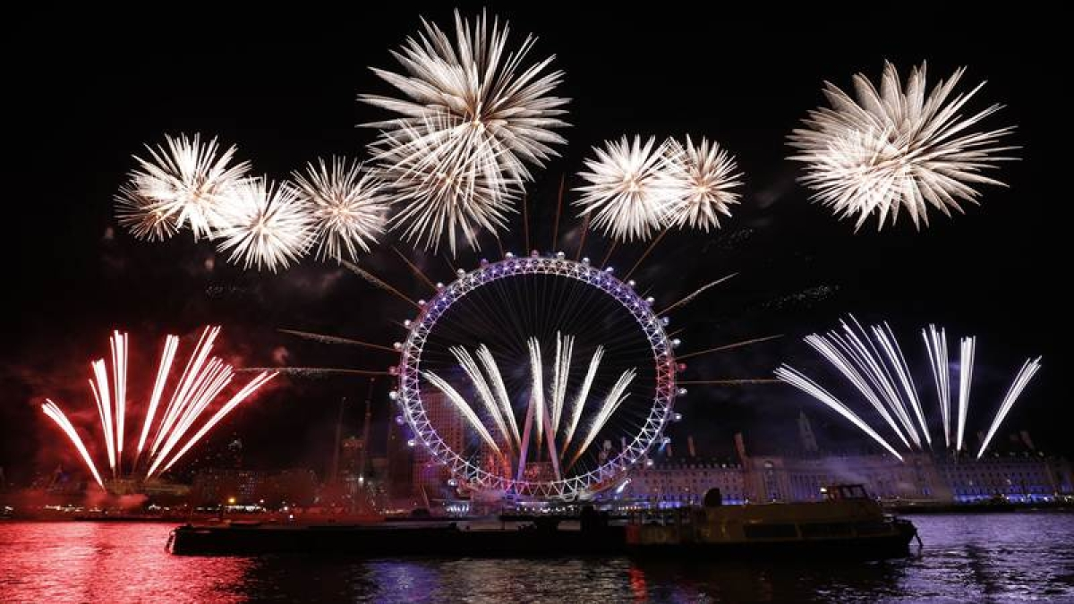 Fireworks explode around the London Eye during New Year's celebrations in central London just after midnight on January 1, 2018. / AFP PHOTO / Tolga AKMEN