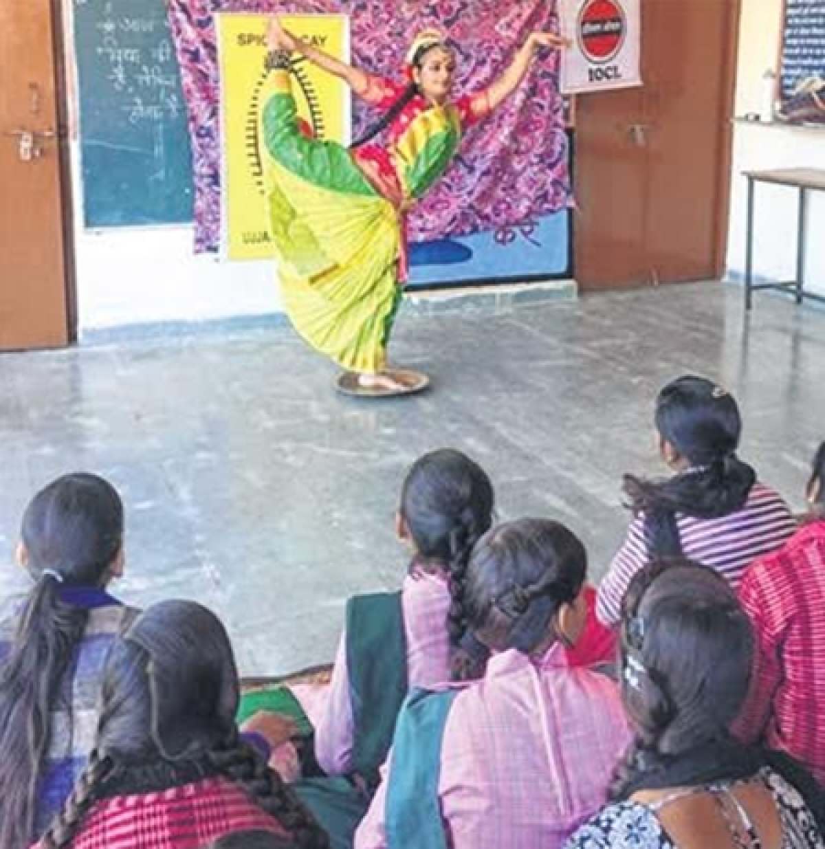 Ujjain: School girls enthralled by Abhinaya's Kuchipudi dance workshop