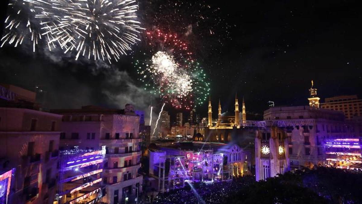 Fireworks explode over downtown Beirut, Lebanon, during New Year's celebrations, on January 1, 2018. / AFP PHOTO / ANWAR AMRO