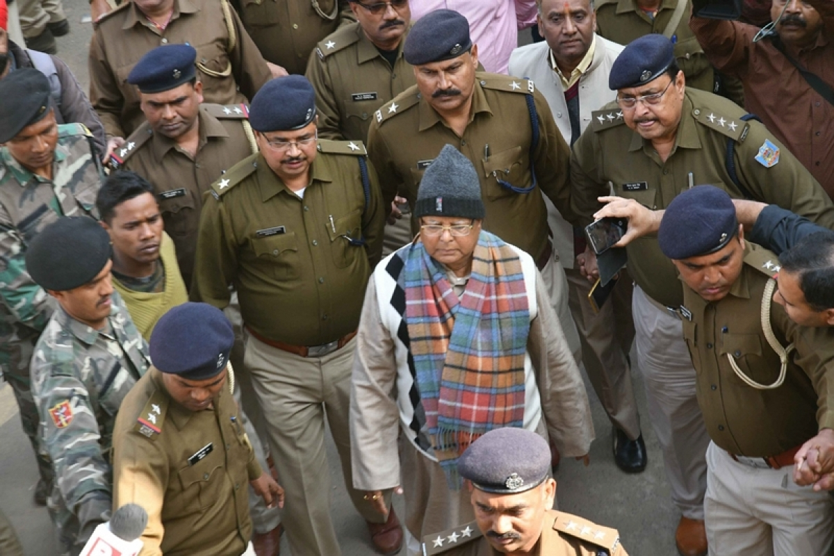 Ranchi: Bihar's former chief minister Lalu Yadav escorted by police officials to be produced at the special CBI court to receive his quantum sentence in fodder scam case, in Ranchi on Thursday. PTI Photo (PTI1_4_2018_000064B)