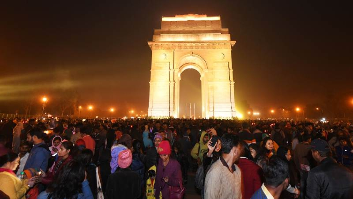 Indian people gather at India gate during New Year's Eve celebrations. / AFP PHOTO / DOMINIQUE FAGET