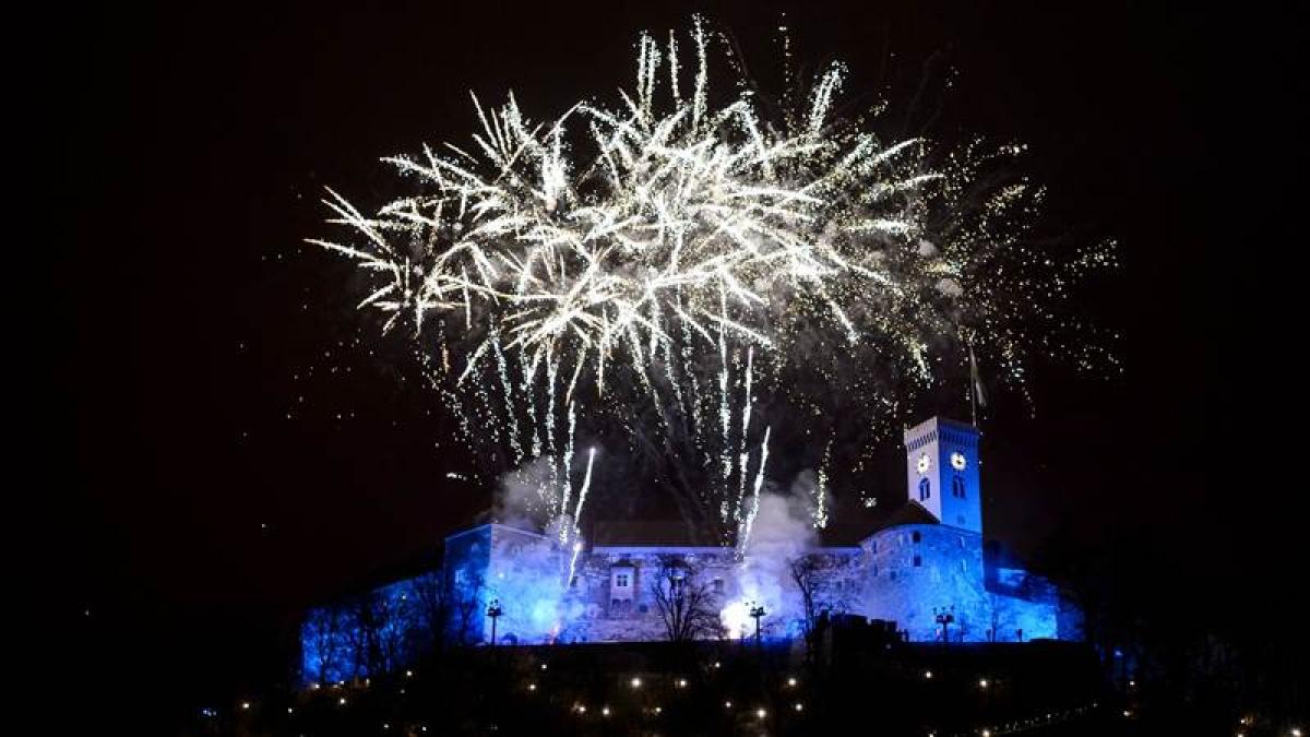 Fireworks explode above Ljubljana castle during New Year's celebrations just after midnight in Ljubljana, Slovenia on January 1, 2018. / AFP PHOTO / Jure Makovec