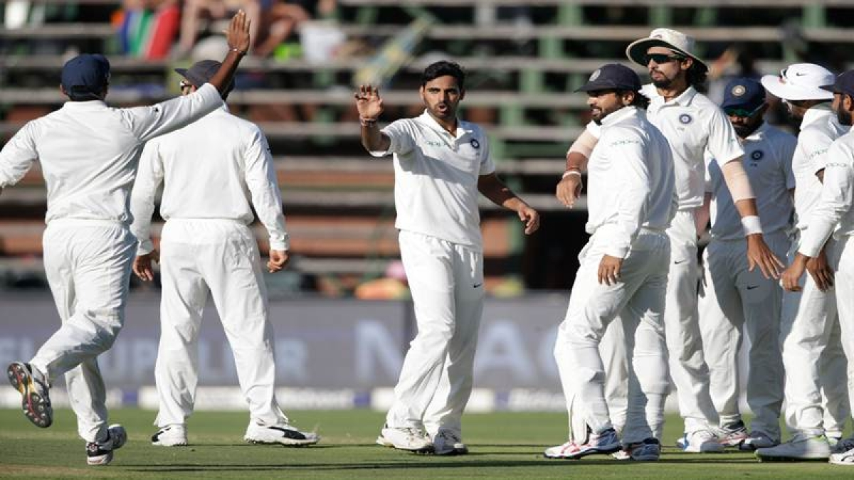 Indian bowler Bhuvneshwar Kumar (C) celebrates the dismissal of South African batsman Aiden Markram (not in picture) during the first day of the third test match between South Africa and India at Wanderers cricket ground on January 24, 2018 in Johannesburg. / AFP PHOTO / GIANLUIGI GUERCIA