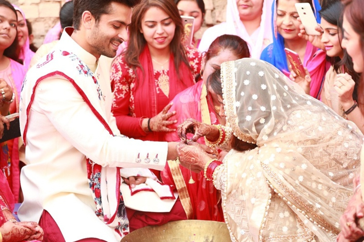 Just married, Dipika Kakar gets grand welcome at Shoaib Ibrahim's home with rose petals; [pics and videos]