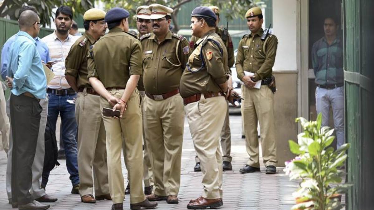 'Mera bhai vakil hai': Driver threatens Delhi traffic cop who apprehended him