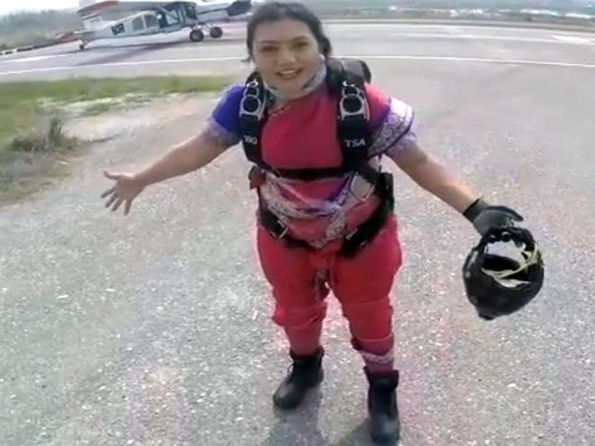 Pune girl sets new record; Skydiving in Maharashtrian nav-wari sari!