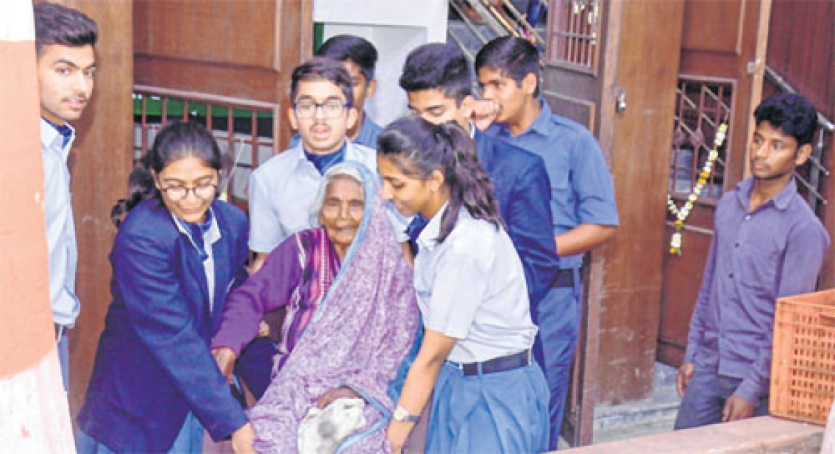 Indore: School students conduct eye check-up with doctors' help