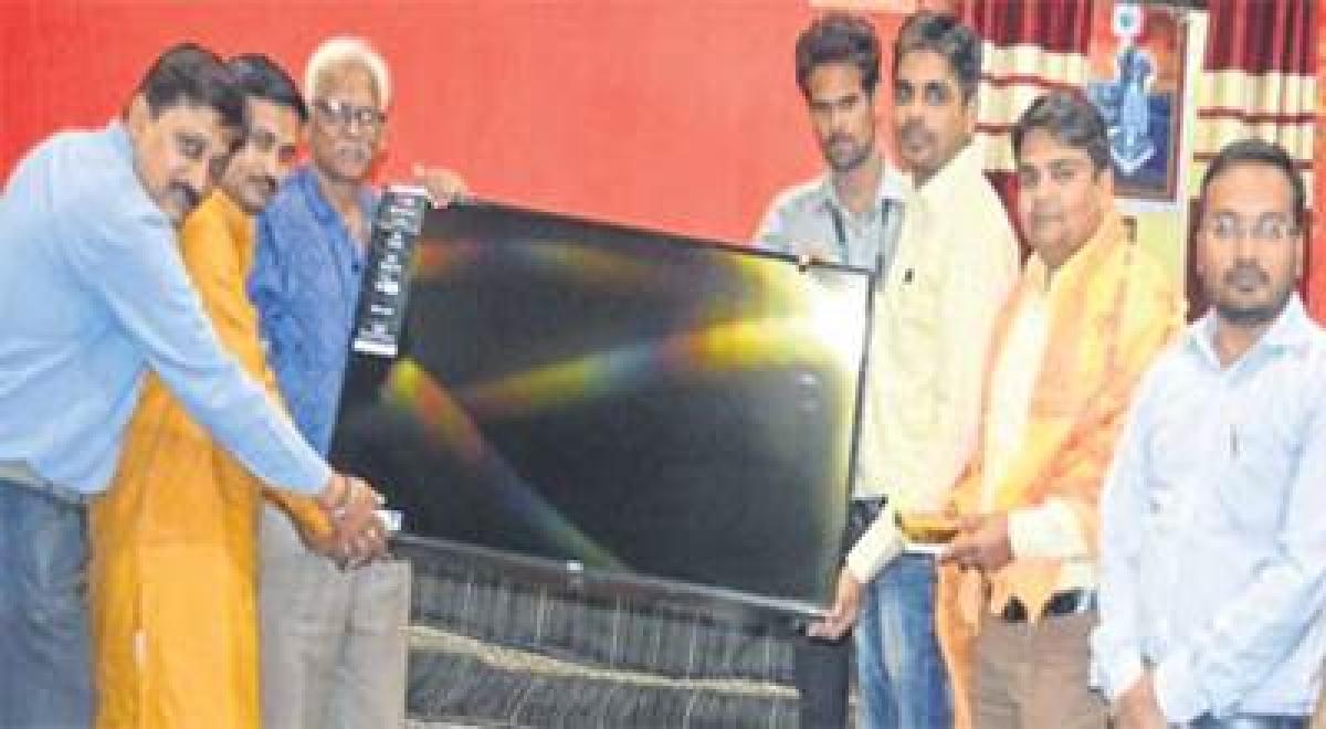 Ujjain: Union Bank of India donates LED TV to Shri Mahakaleshwar Temple