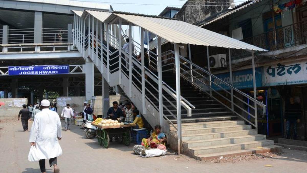 Mumbai: BMC worried over proposed escalator on Jogeshwari railway FoB taking footpath space