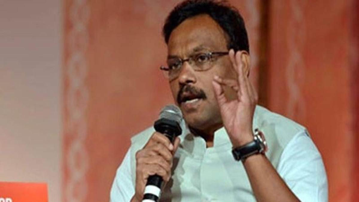 Lok Sabha Elections 2019: Sensing LS defeat, Sushilkumar Shinde making BJP offer claim, says Vinod Tawde