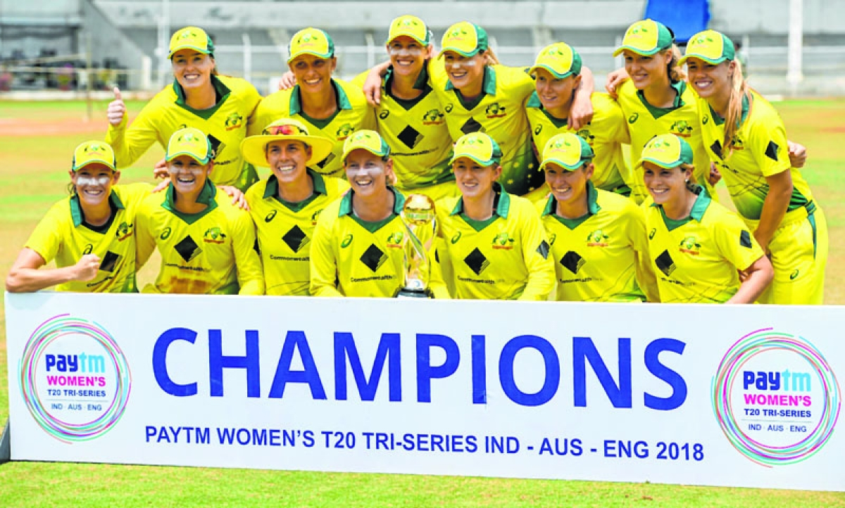 Australia cricket team pose with a trophy after winning the women's Twenty20 (T20) tri-series at Brabourne Stadium in Mumbai on March 31, 2018. / AFP PHOTO / PUNIT PARANJPE / ----IMAGE RESTRICTED TO EDITORIAL USE - STRICTLY NO COMMERCIAL USE----- / GETTYOUT