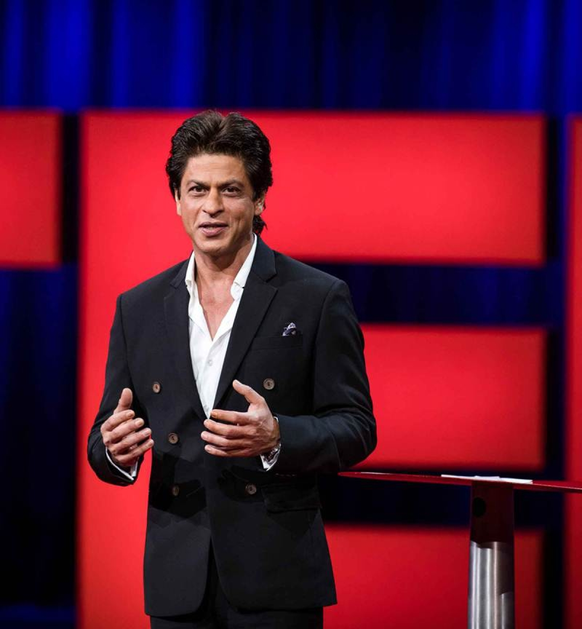 Appropriate hand gestures while talking are important, and Shah Rukh Khan does it right