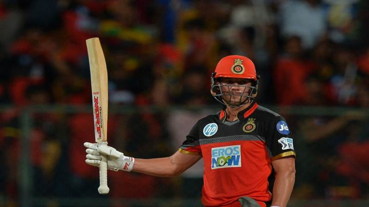 RCB batsmen, AB De Villers raises the bat to celebrate his 50 runs during the 2018 Indian Premier League (IPL) Twenty20 cricket match between Royal Challengers Bangalore and Kings XI Punjab at The M. Chinnaswamy Stadium in Bangalore on April 13, 2018.  RCB is chasing a target of 156 runs scored by KXIP. / AFP PHOTO / Manjunath KIRAN / ----IMAGE RESTRICTED TO EDITORIAL USE - STRICTLY NO COMMERCIAL USE----- / GETTYOUT