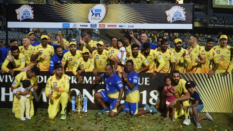 Chennai Super Kings team poses after winning the 2018 Indian Premier League (IPL) Twenty20 cricket tournament at the Wankhede stadium in Mumbai on May 27, 2018. / AFP PHOTO / PUNIT PARANJPE / ----IMAGE RESTRICTED TO EDITORIAL USE - STRICTLY NO COMMERCIAL USE----- / GETTYOUT
