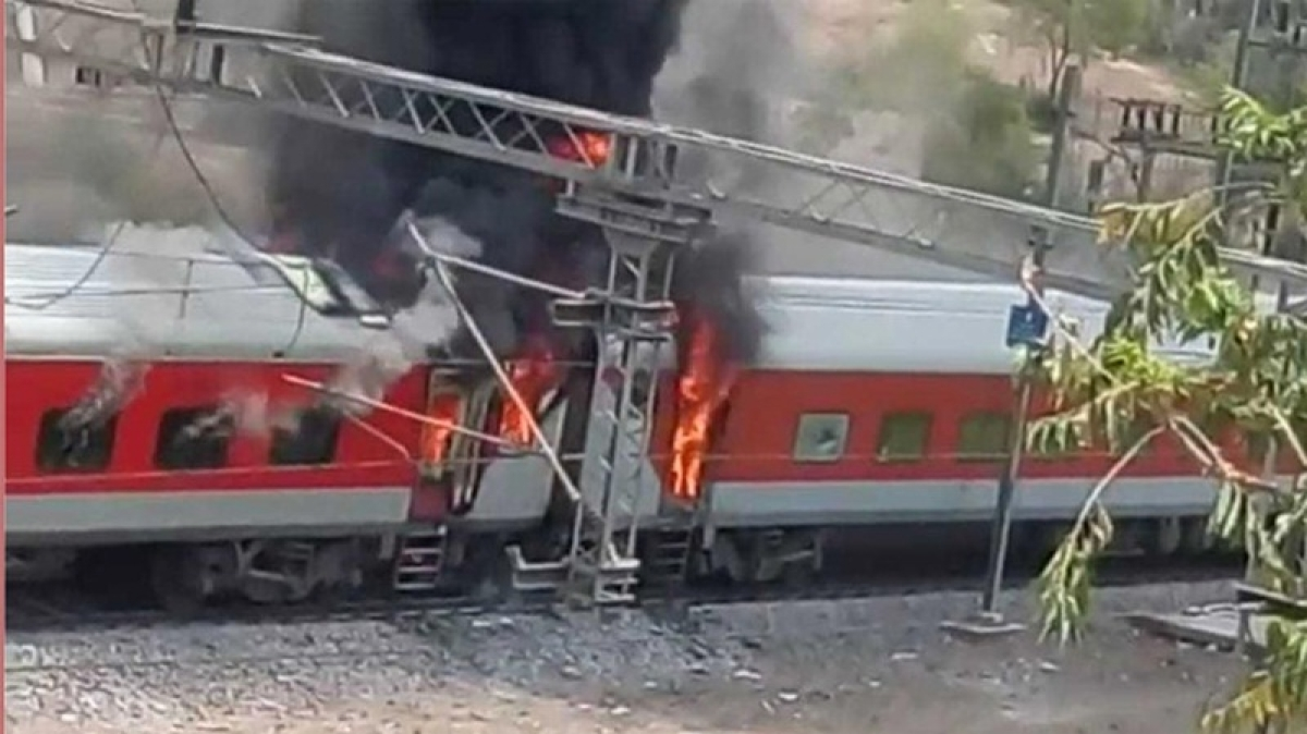 New Delhi-Visakhapatnam AP Express catches fire in Madhya Pradesh; no injuries reported
