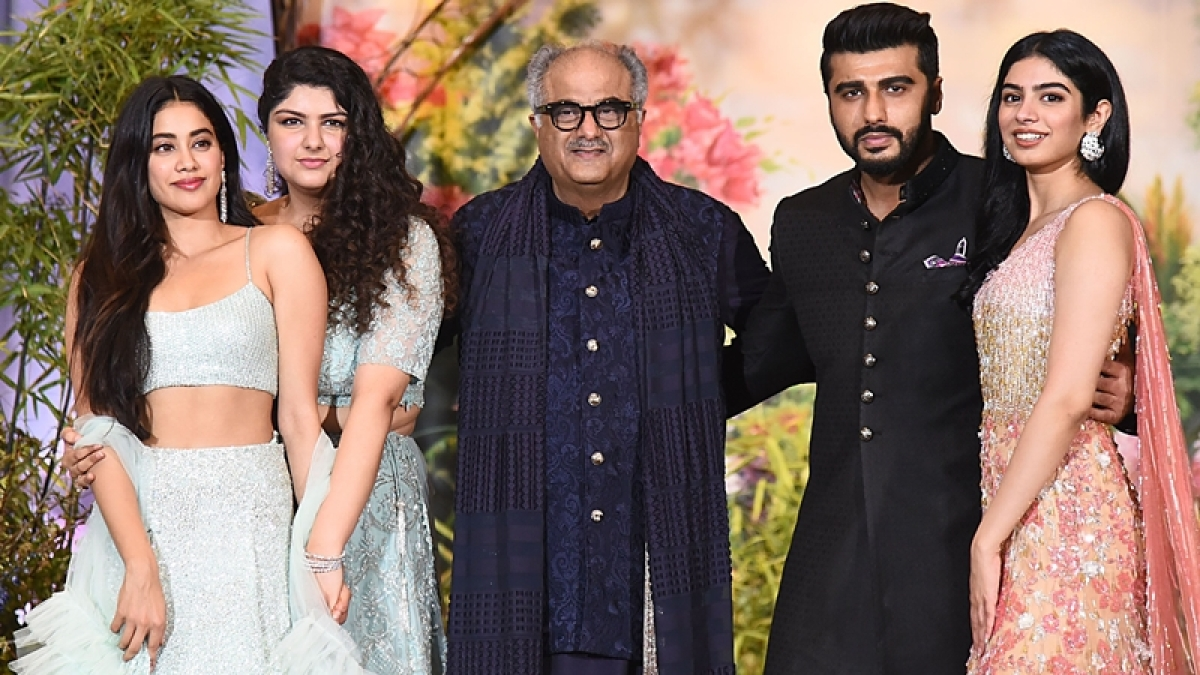 Boney Kapoor (C) poses for a picture with his daughters Janhvi Kapoor (L), Anshula Kapoor (2L) and Khushi Kapoor (R) and son Arjun Kapoor (2L) during the wedding reception of actress Sonam Kapoor. / AFP PHOTO / Sujit Jaiswal