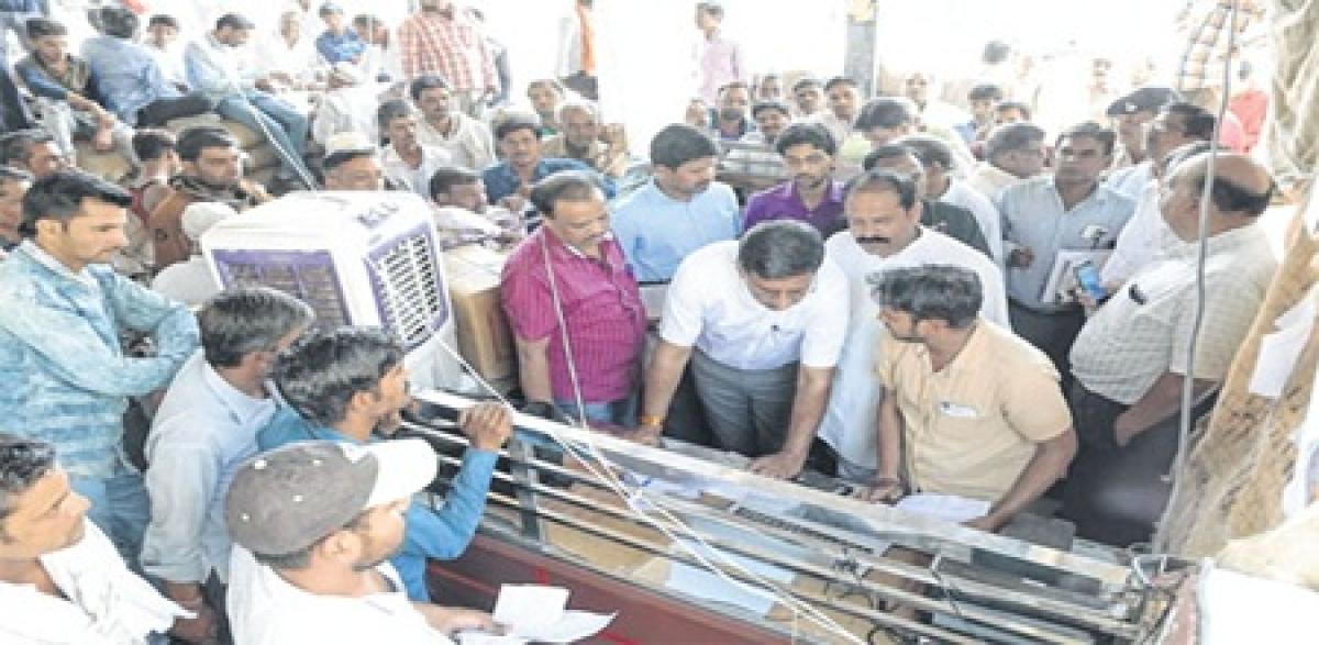 Ujjain: Collector conducts surprise inspection at Krishi Upaj Mandi