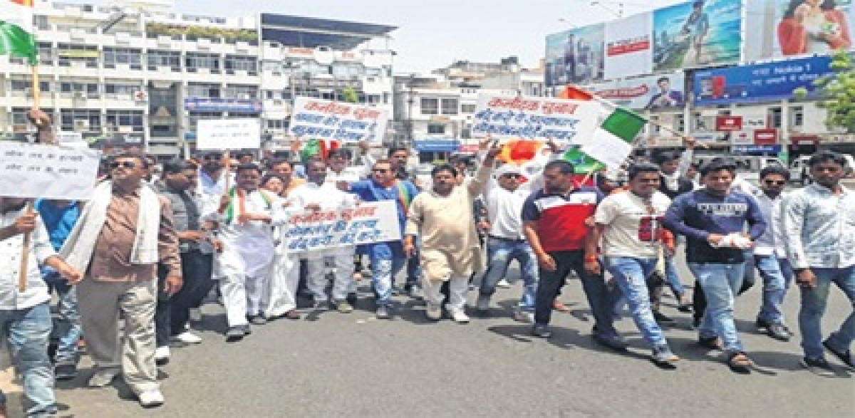 Ujjain: Congress workers take to streets over Karnataka Governor's decision